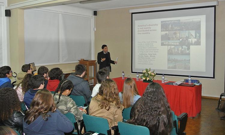 Conselheiro da Embaixada faz apresentação sobre multiculturalismo em escola de Santarém