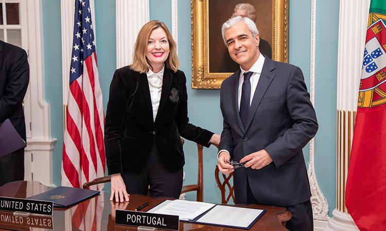 Secretária Adjunta para a Educação e Cultura, Marie Royce, e o Embaixador Domingos Fezas Vital, da Embaixada de Portugal em Washington.