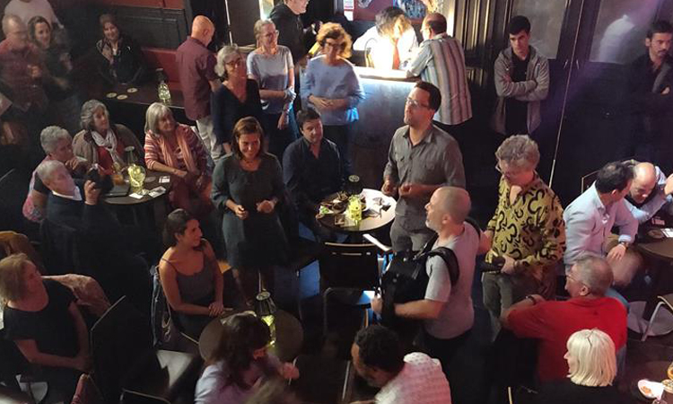 A banda no meio do público