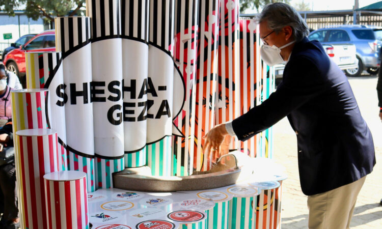 CDC South Africa Acting Country Director, Dr. Romel Lacson, visits a Shesha Geza hand hygiene station outside of a public health facility in Ekurhuleni, Gauteng South Africa