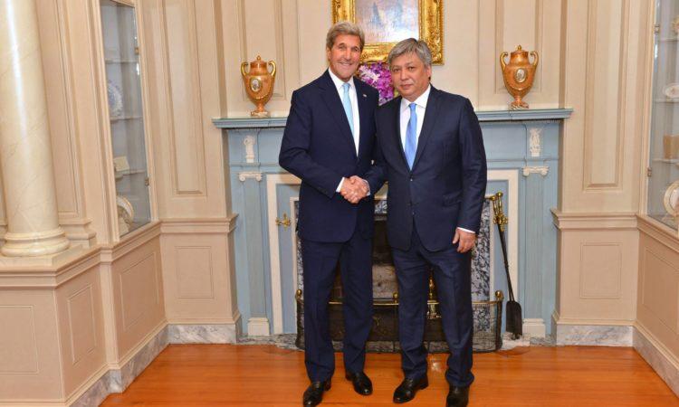 Госсекретарь США Джон Керри с Министром иностранных дел КР Эрланом Абдылдаевым на встрече в рамках инициативы С5+1