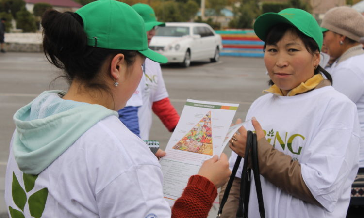 youth-marathon_participant-with-spring-dissemination-material_naryn_oct-14