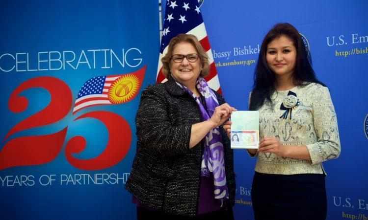 Посол США Шейла Гуолтни вручила первую иммиграционную визу в Бишкеке