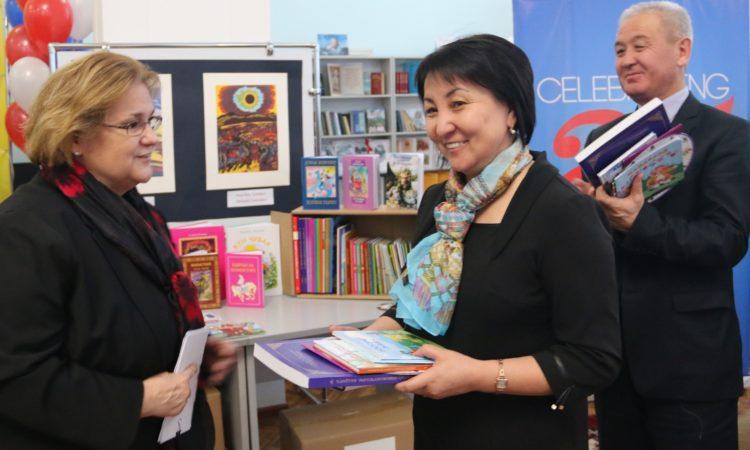 Америка Кошмо Штаттары башталгыч класстар үчүн кыргыз тилинде чейрек миллион китеп тапшырат