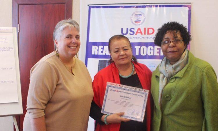 USAID сокур жана көрүүсү начар окуучулардын мугалимдерин новатордук окутуу методдорун үйрөтүүдө