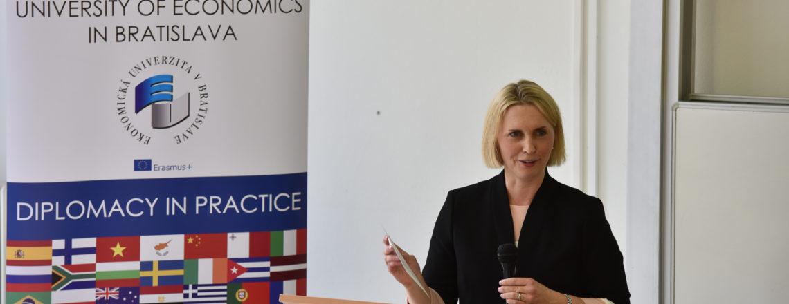 Veľvyslankyňa Bridget Brink v diskusii so študentami Ekonomickej univerzity v Bratislave