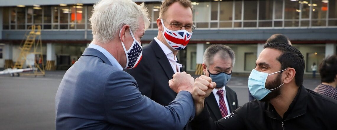 El Encargado de Negocios, Brendan O'Brien, presenció la llegada al país de 96,000 vacunas