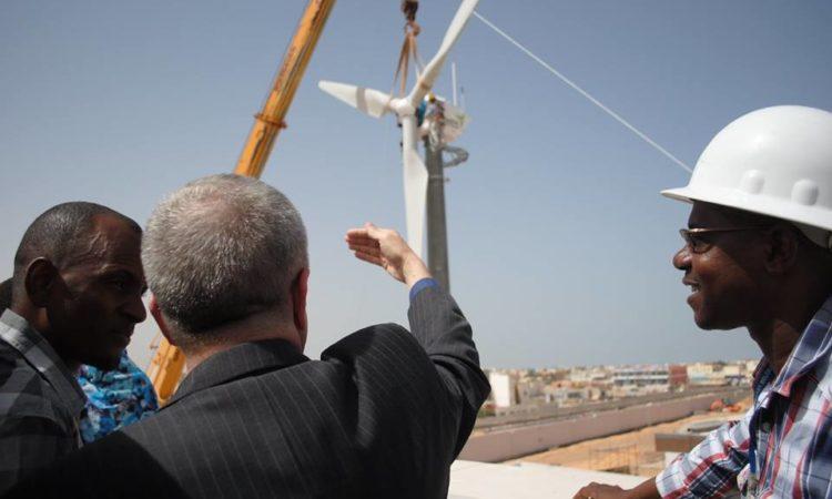 Installation d'une grande éolienne à la nouvelle ambassade des Etats-Unis en Mauritanie.