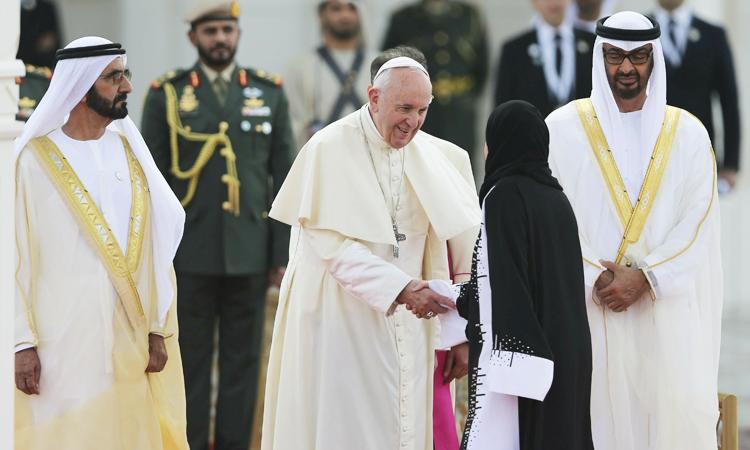 アブダビの大統領官邸で2月4日、教皇フランシスコと握手するUAE議会議長のアマル・アル・クバイシ博士 (AP Photo/Kamran Jebreili)