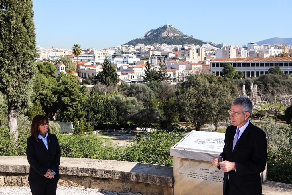Ο Πρέσβης Πάιατ και η Πρόεδρος της Ελληνικής Δημοκρατίας Κατερίνα Σακελλαρόπουλου στην Αρχαία Αγορά