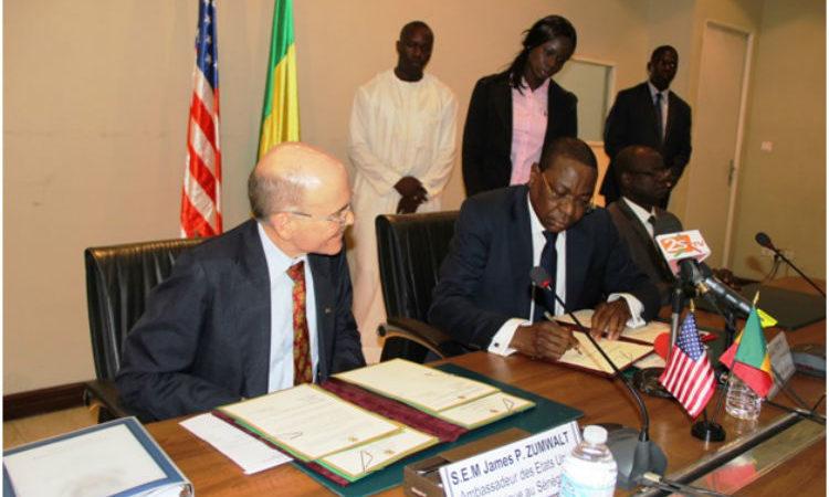 L'Ambassadeur des Etats-Unis James Zumwalt et le Ministre des Affaires étrangères et des Sénégalais de l'Extérieur Monsieur Mankeur Ndiaye signent l'Accord de défense.