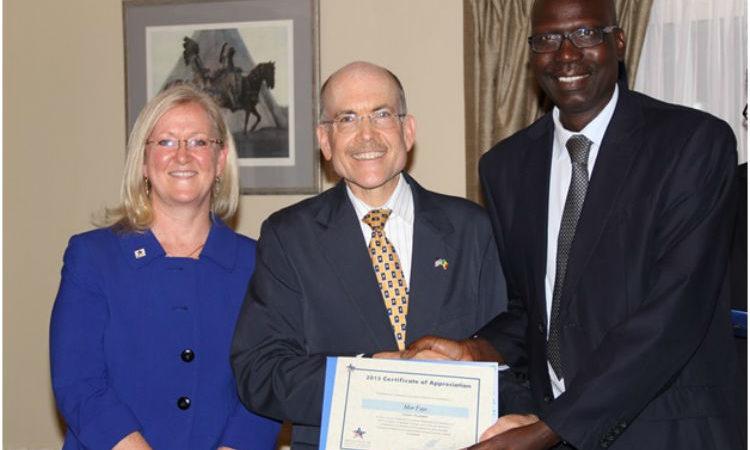 L'ambassadeur Zumwalt (centre) et Mme Molly Glenn, directrice pays de MCC, présentent un certificat à un récipiendaire.