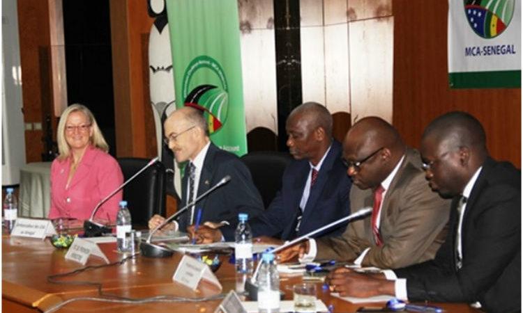 La Directrice Résidente du MCC, Mme Molly Glenn, l'Ambassadeur James Zumwalt et M. Diatourou Ndiaye, chef de Cabinet du Premier Ministre président le Forum national sur les résultats du Compact (photo Ambassade USA)
