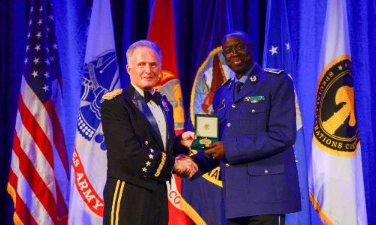 Gendarmerie Mobility Commander, General Tine, receives award from General Raymond A. Thomas III, Commander of U.S. Special Operations Command (U.S Embassy Photo)