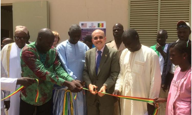 De gauche à droite : M. Waly Diouf, représentant du ministre de l'Agriculture et de l'Equipement rural; M. Mame Sidy Diop, maire de Richard Toll; M. l'ambassadeur James Zumwalt, le préfet de Dagana M. Moustapha Ndiaye et le secrétaire générale de la COO-SEN M.Ousseynou Ndiaye