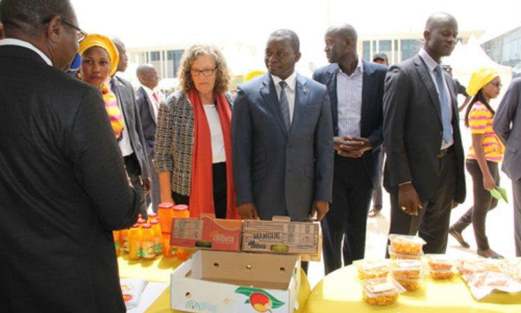 DCM Sandra Clark and Trade Minister Alioune Sarr at the 'Mango Week' opening (Photo US Embassy).