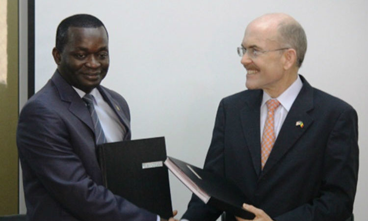 Minister of Trade Alioune Sarr and Ambassador Zumwalt exchange the Memorandum of Understanding document (Photo U.S. Embassy)