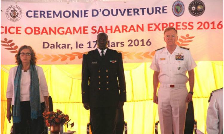 De gauche à droite Mme Sandra Clark, Chargé d'Affaires a.i. de l'Ambassade des États-Unis à Dakar, le Contre-amiral Cheikh Bara Sissoko, Chef d'État-major de la Marine nationale, et le Vice-Amiral James G. Foggo de la 6ème flotte de l'US Command.