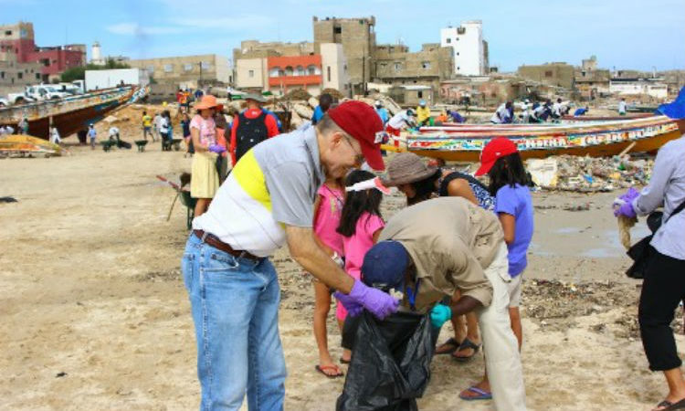 Ambassador James Zumwalt joins the Yoff Beach Cleanup in September 2015, part of International Coastal Cleanup Day. (Photo U.S. Embassy)