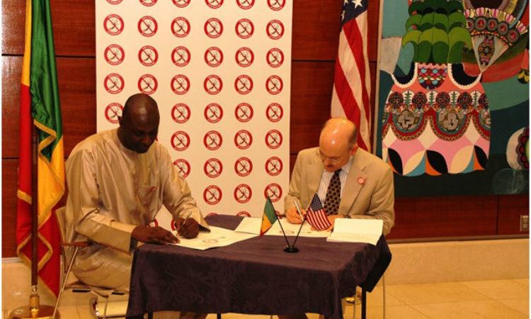 Dr Mady Ba et l'ambassadeur James Zumwalt signent une déclaration les engageant à stopper la propagation du paludisme au Sénégal.
