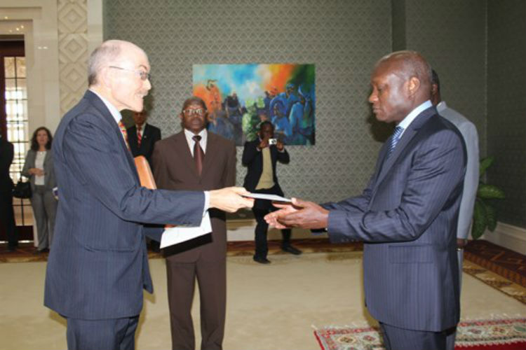 Ambassador James P. Zumwalt Presents Letter of Credence to H.E. José Mario Vaz, President of Guinea-Bissau (Photo US Embassy)