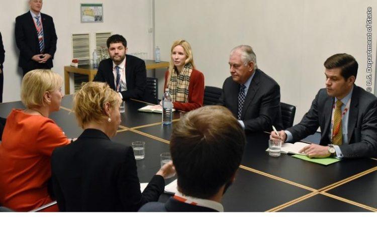 US-Außenminister Rex Tillerson und Abteilungsleiter A. Wess Mitchell (rechts) am 7. Dezember 2017 mit der schwedischen Außenministerin beim Ministertreffen der OSZE in Wien.