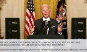 US-Präsident Biden vor Flaggen am Pult