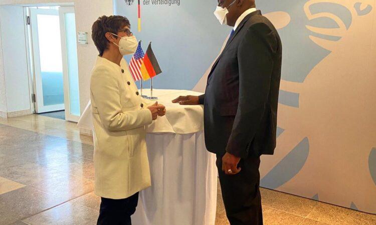 US-Verteidigungsminister Austin (links) mit Bundesverteidigungsministerin Kramp-Karrenbauer an einem Stehtisch
