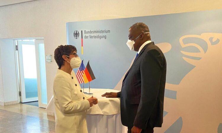 US-Verteidigungsminister Austin mit Bundesverteidigungsministerin Kramp-Karrenbauer an einem Stehtisch