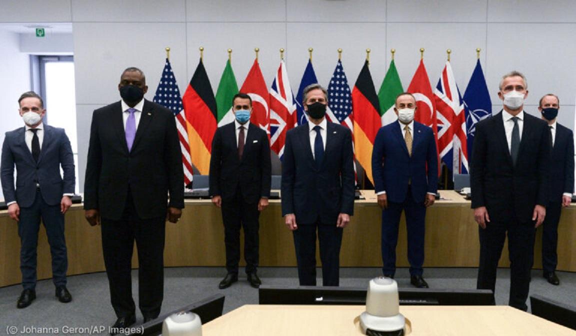 Sieben Männer vor Flaggen (Foto: Johanna Geron)