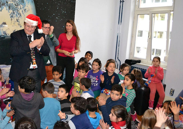 Consul General Milas surprises the kids with gifts (photo: U.S. Consulate General Frankfurt)