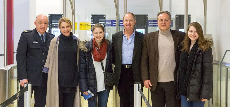 Die Familie des Botschafters zusammen mit Dr. Dieter Romann, Präsident des Bundespolizeipräsidiums, und Vizepräsident der Bundespolizeidirektion Berlin, Ralph W. Krüger