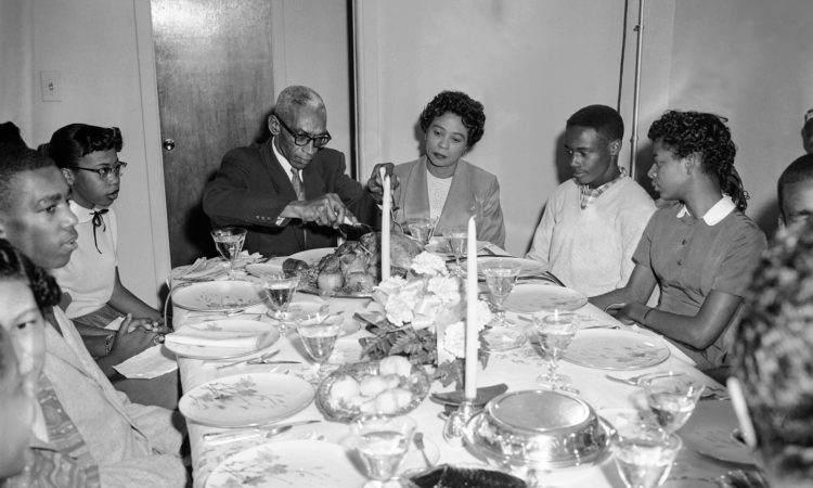 Daisy Bates und ihr Mann (Mitte) 1957 bei einem verfrühten Thanksgiving-Dinner mit neun Schülern der Central High School in Little Rock, Arkansas.