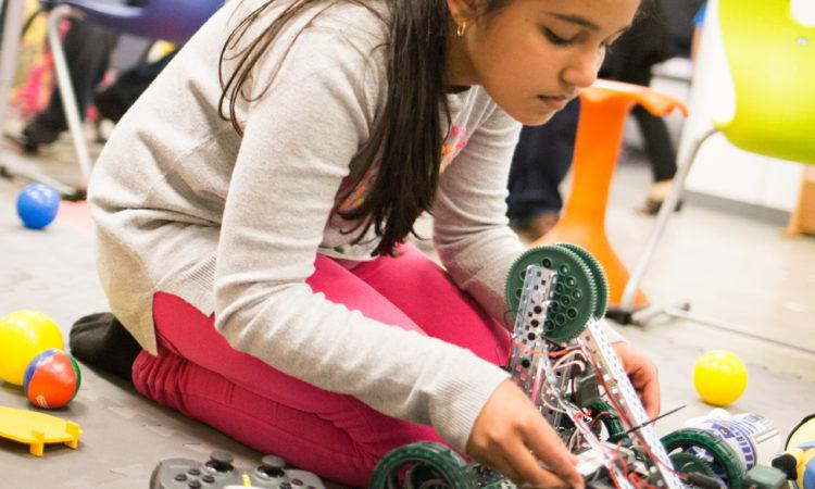 Eine Schülerin präsentiert einen Roboter, den sie für ein unabhängiges Projekt für die Imagine Night der Schule gebaut hatte.