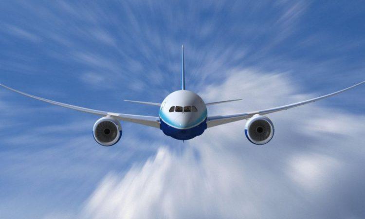Flugzeug in Nahaufnahme, blauer Himmel mit Wolken im Hintergrund. (Foto: DOT)