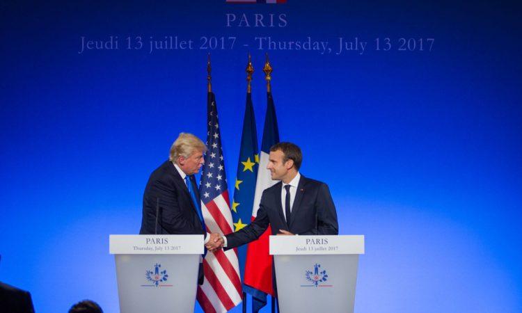 US-Präsident Trump und Frankreichs Präsident Macron schütteln sich die Hände. (Foto: US-Botschaft Frankreich)