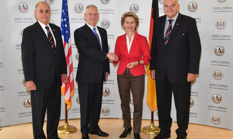 U.S. Army Lt. Gen. (a. D.) Keith Dayton, Direktor des George C. Marshall European Center, US-Verteidigungsminister James Mattis, Bundesverteidigungsministerin Ursula von der Leyen, Brig. Gen. (a. D.) Johann Berger, stv. Direktor George C. Marshall European Center. Foto: George C. Marshall European Center for Security Studies