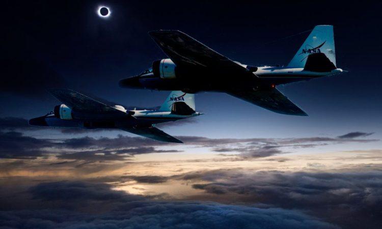 Fotomontage der NASA-Jets WB-57 auf der Jagd nach der Sonnenfinsternis (Foto: NASA)