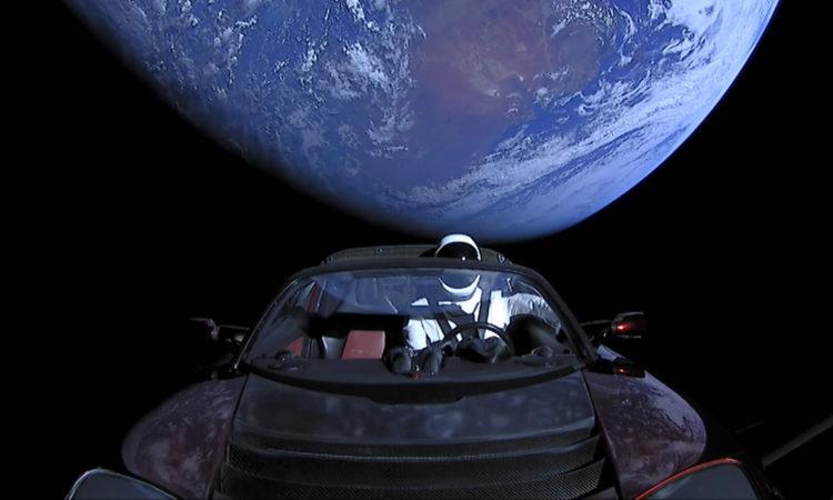 Puppe im Raumanzug fliegt im Auto aus dem Orbit der Erde heraus (Foto: SpaceX)
