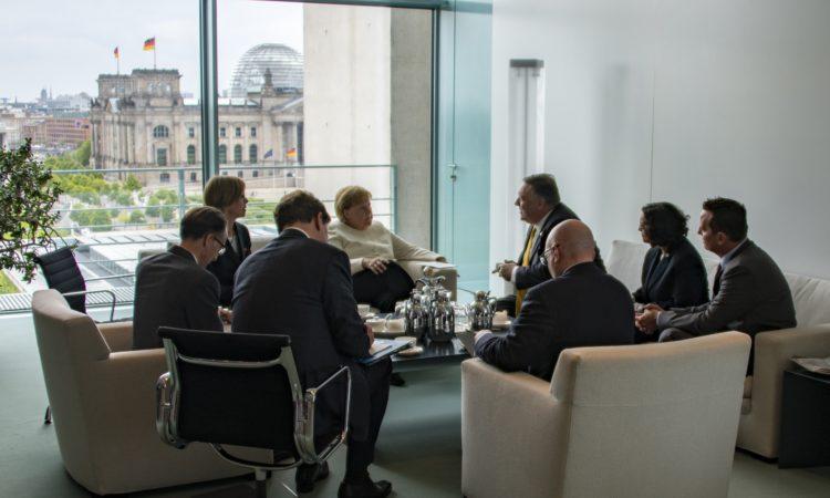 Sitzende Gruppe mit Reichstag im Hintergrund