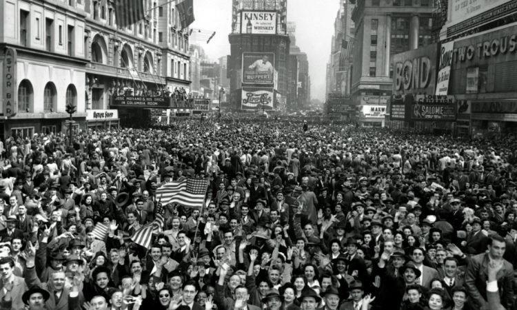 Jubelnde Menschenmassen auf einer Straße