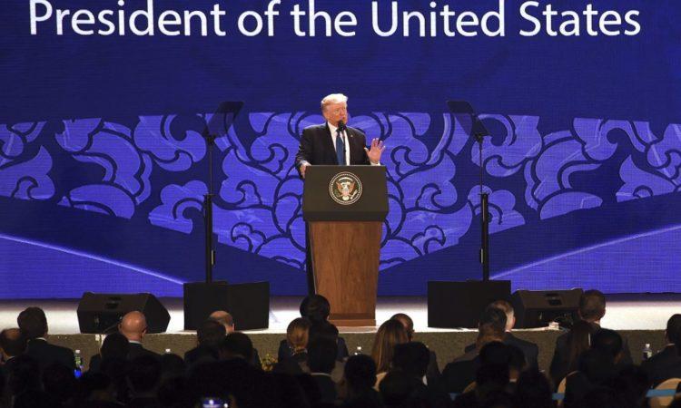 Präsident Trump am Rednerpult auf der Bühne (Foto: AP Images)