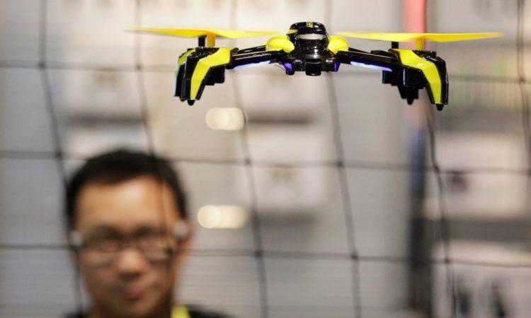 Drohne schwebt über Messestand in Las Vegas. (Foto: AP Images)