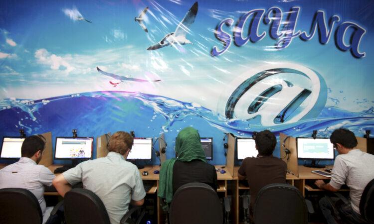 Auf diesem Archivfoto aus dem Jahr 2013 sieht man Iranerinnen und Iraner, die im Internet surfen. (Foto: Ebrahim Noroozi/AP Images)