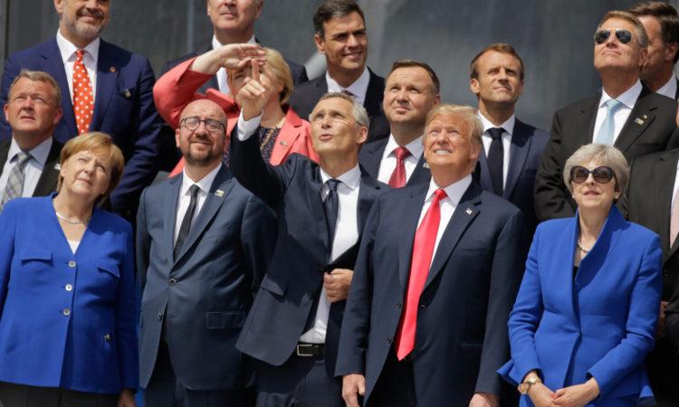 Staats- und Regierungschefs blicken zum Himmel (Foto: Markus Schreiber/AP Images)