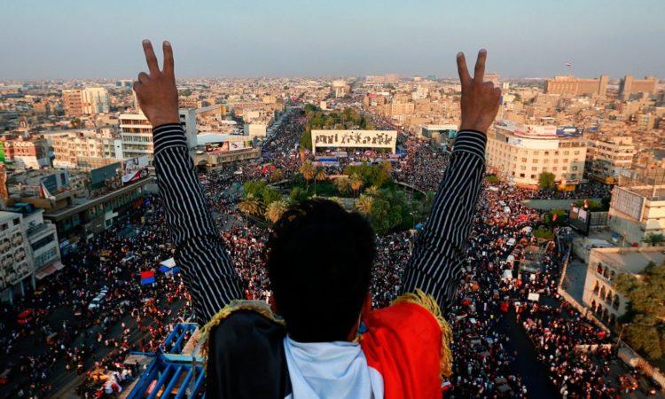 Ein Mann, der über einer großen Menschenmenge steht, zeigt mit erhobenen Armen das Victory-Zeichen (Foto: Hadi Mizban/AP Images)