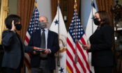 Katherine C. Tai (links) leistet ihren Amtseid als US-Handelsbeauftragte. In dieser Funktion will sie Bündnisse neu aufbauen, Ungerechtigkeiten thematisieren, den Klimawandel anpacken und vieles mehr (Foto: Alex Brandon/AP Images)