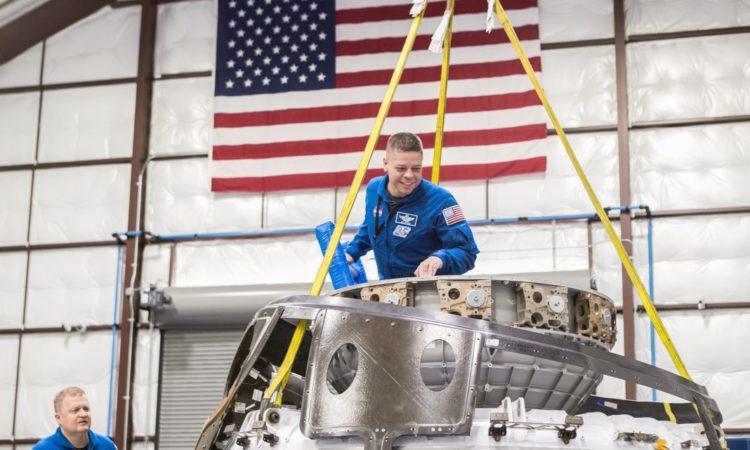 Am Hauptsitz des Unternehmens und Standort der Fabrikation von SpaceX in Kalifornien steigt Astronaut Bob Behnken aus der oberen Luke der Kapsel des neuen Crew Dragon+. Astronaut Eric Boe (links) schaut dabei zu. (Foto: SpaceX/NASA)
