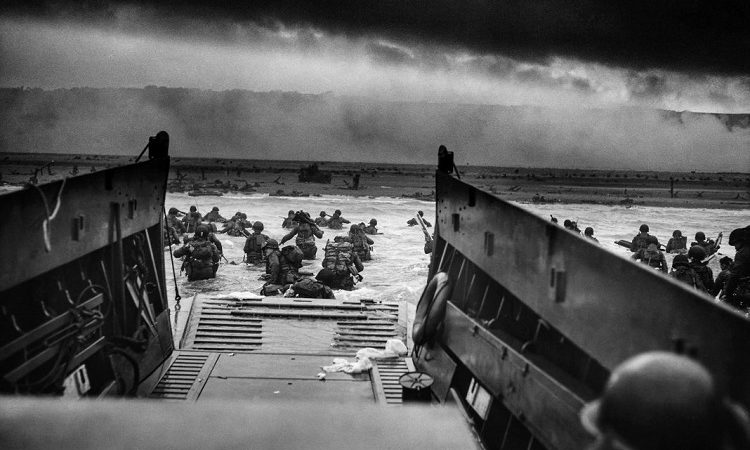 D-Day-Truppen waten vom Boot an Land (© Photo12/UIG/Getty Images)