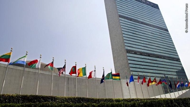Die Flaggen der Mitgliedsländer vor dem Hauptquartier der Vereinten Nationen in New York